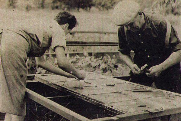 Meister Erich Mehlhorn mit seinem Lehrling Klaus Krämer beim Bau des Meerschweinchengeheges